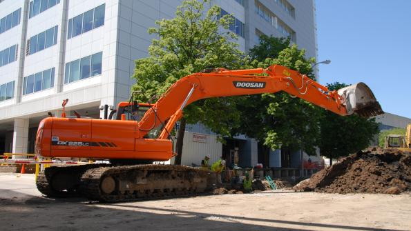 Powerful crawler excavator gets job done on Des Moines sewer project